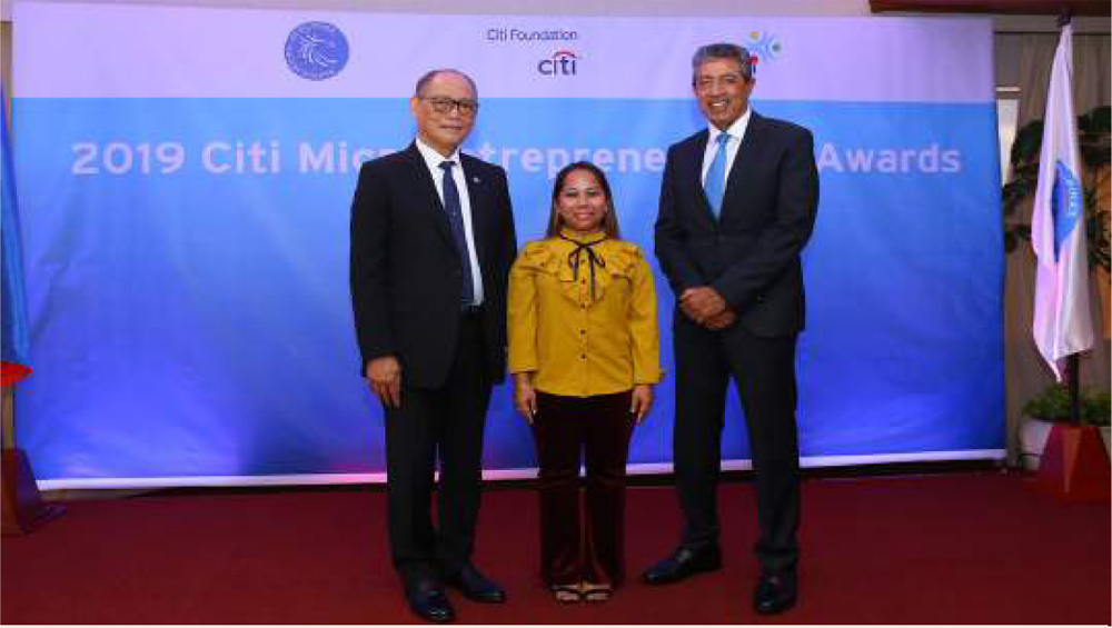 In  photo  are  (L-R)  Bangko  Sentral  ng  PIlipinas  governor  Benjamin  E.  Diokno,  2018  CMA Youth Microentrepreneur of the Year and RAFI Micro-finance client, Mary Grace Bayalas, and Citi Philippines CEO Aftab Ahmed.